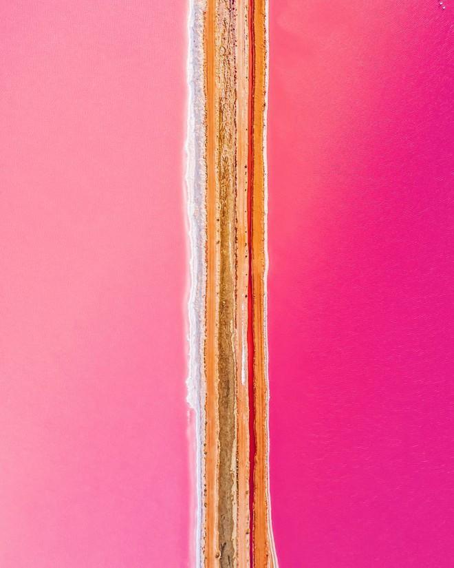 Tương truyền rằng chàng trai nào dẫn bạn gái đến hồ nước màu hồng siêu ảo này sẽ được cô ấy yêu trọn đời - Ảnh 1.