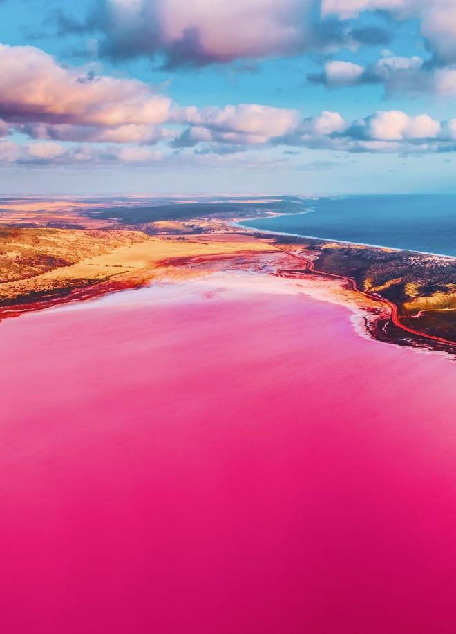 Tương truyền rằng chàng trai nào dẫn bạn gái đến hồ nước màu hồng siêu ảo này sẽ được cô ấy yêu trọn đời - Ảnh 3.