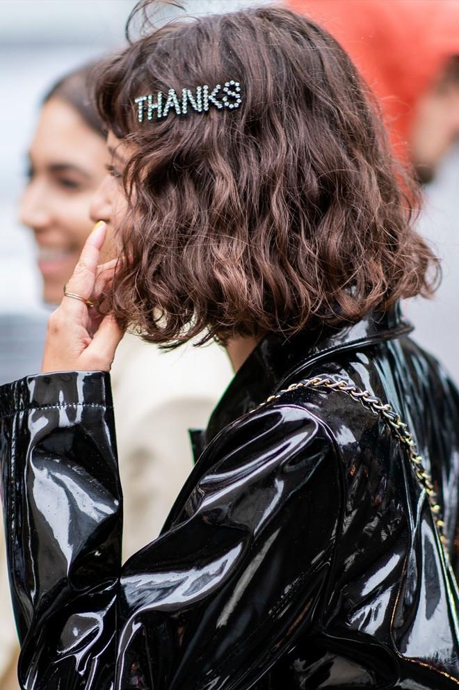 Diện lên là sang hẳn cả con người, bảo sao các nàng chẳng tiếc chục triệu sắm cặp tóc to bản hàng hiệu đắt đỏ - Ảnh 4.