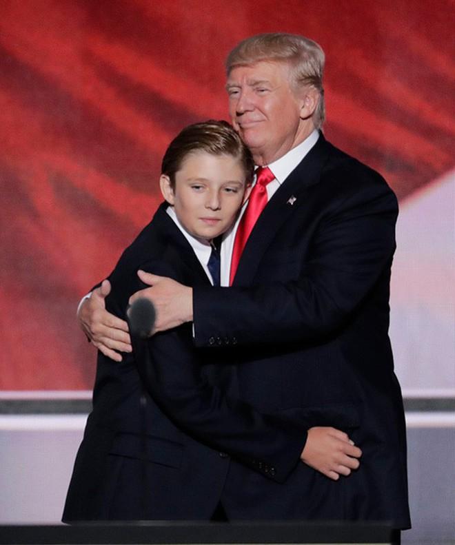 """Cuộc sống """"đi lùi để quay lại vạch đích"""" của con trai út Tổng thống Trump: Đến trường học cũng sang chảnh bậc nhất nước Mỹ - Ảnh 1."""