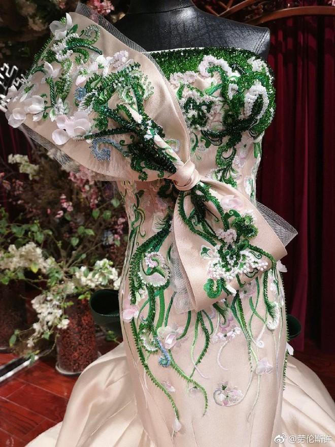 Vòng 2 nhỏ hơn cả siêu mẫu, Dương Mịch khiến NTK nổi tiếng của Phạm Băng Băng cũng ngỡ ngàng khi cô diện đẹp mẫu váy khó nhằn - Ảnh 8.