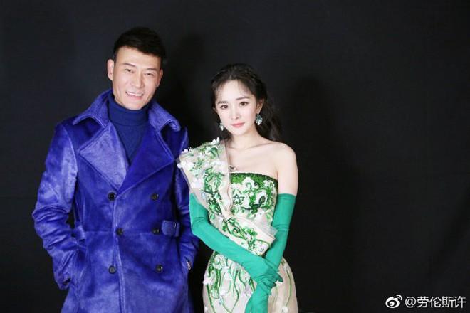 Vòng 2 nhỏ hơn cả siêu mẫu, Dương Mịch khiến NTK nổi tiếng của Phạm Băng Băng cũng ngỡ ngàng khi cô diện đẹp mẫu váy khó nhằn - Ảnh 2.