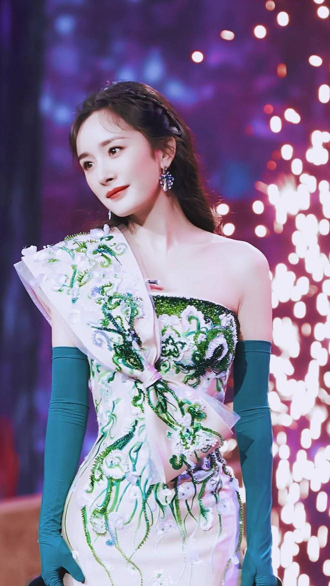 Vòng 2 nhỏ hơn cả siêu mẫu, Dương Mịch khiến NTK nổi tiếng của Phạm Băng Băng cũng ngỡ ngàng khi cô diện đẹp mẫu váy khó nhằn - Ảnh 7.