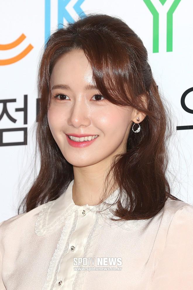 Lâu lắm mới lộ diện, nữ thần Yoona khoe đôi chân dài miên man nhưng lại bị soi loạt khuyết điểm kém xinh tại sự kiện - Ảnh 10.