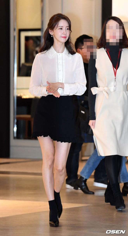 Lâu lắm mới lộ diện, nữ thần Yoona khoe đôi chân dài miên man nhưng lại bị soi loạt khuyết điểm kém xinh tại sự kiện - Ảnh 2.
