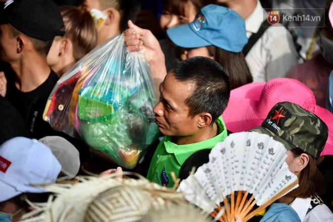 Ảnh: Mệt mỏi vì chen lấn giữa hàng vạn người dù chưa khai hội chùa Hương, nhiều em nhỏ ngủ gục trên vai mẹ  - Ảnh 8.