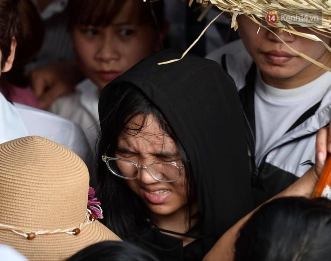 Ảnh: Mệt mỏi vì chen lấn giữa hàng vạn người dù chưa khai hội chùa Hương, nhiều em nhỏ ngủ gục trên vai mẹ  - Ảnh 4.