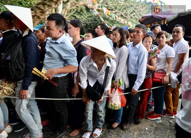 Ảnh: Mệt mỏi vì chen lấn giữa hàng vạn người dù chưa khai hội chùa Hương, nhiều em nhỏ ngủ gục trên vai mẹ  - Ảnh 3.