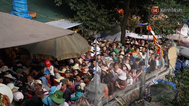 Ảnh: Mệt mỏi vì chen lấn giữa hàng vạn người dù chưa khai hội chùa Hương, nhiều em nhỏ ngủ gục trên vai mẹ  - Ảnh 1.