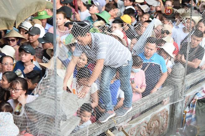 Ảnh: Mệt mỏi vì chen lấn giữa hàng vạn người dù chưa khai hội chùa Hương, nhiều em nhỏ ngủ gục trên vai mẹ  - Ảnh 6.