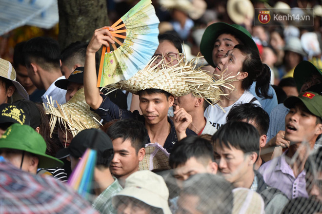 Ảnh: Mệt mỏi vì chen lấn giữa hàng vạn người dù chưa khai hội chùa Hương, nhiều em nhỏ ngủ gục trên vai mẹ  - Ảnh 7.