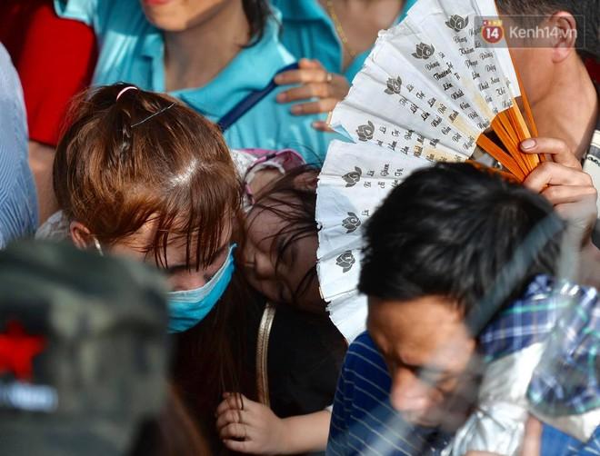Ảnh: Mệt mỏi vì chen lấn giữa hàng vạn người dù chưa khai hội chùa Hương, nhiều em nhỏ ngủ gục trên vai mẹ  - Ảnh 5.