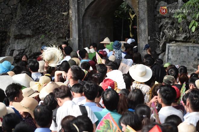 Ảnh: Mệt mỏi vì chen lấn giữa hàng vạn người dù chưa khai hội chùa Hương, nhiều em nhỏ ngủ gục trên vai mẹ  - Ảnh 12.
