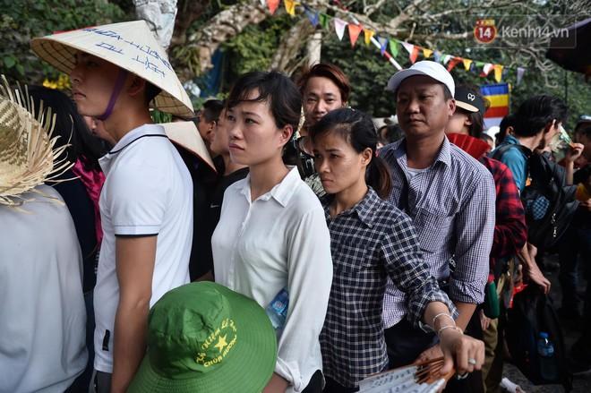 Ảnh: Mệt mỏi vì chen lấn giữa hàng vạn người dù chưa khai hội chùa Hương, nhiều em nhỏ ngủ gục trên vai mẹ  - Ảnh 9.
