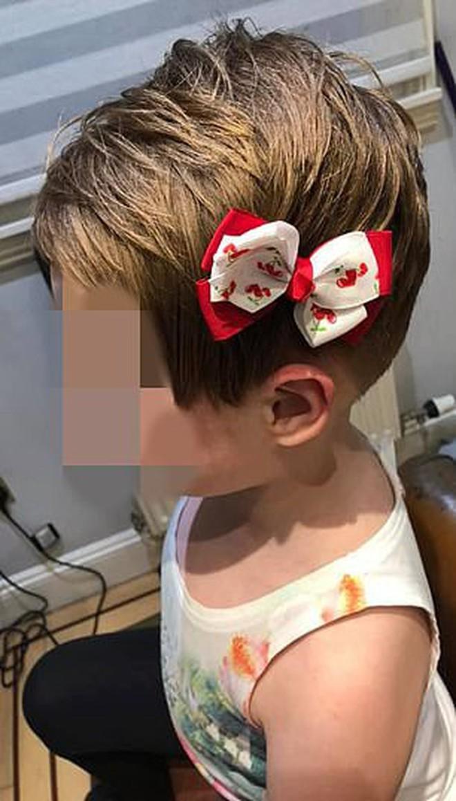 """Một bé gái 5 tuổi bị """"tẩy não"""", tự cắt tóc mình vì nằng nặc nghe theo lời video độc hại trên YouTube - Ảnh 1."""