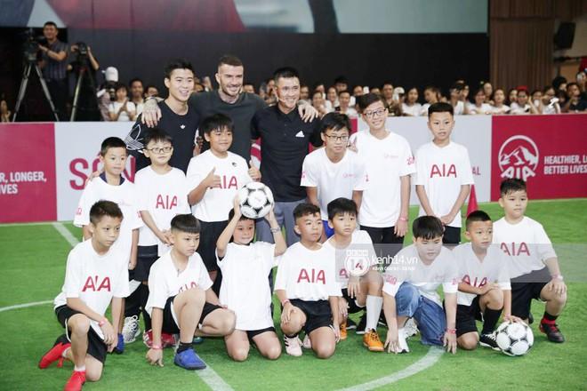"""David Beckham khoe ngay clip """"thả tim"""" và ảnh selfie dạo phố Sài Gòn lên Instagram sau chuỗi sự kiện tại Việt Nam - Ảnh 6."""