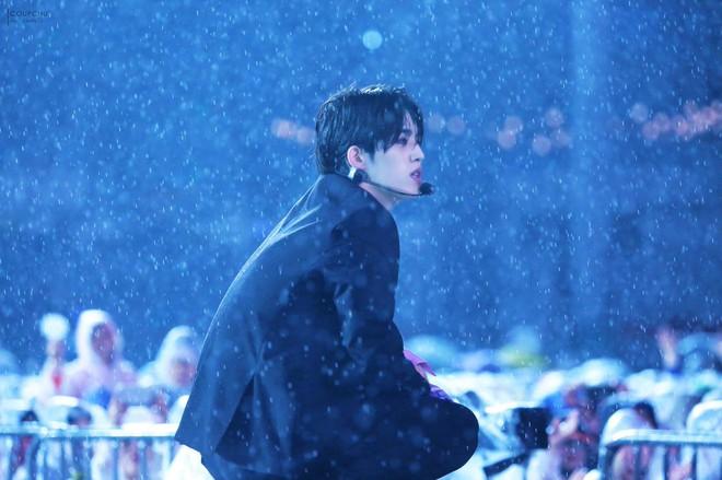 Những lần trời mưa vô tình tạo nên khoảnh khắc để đời của các idol Kpop - Ảnh 10.