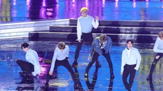 Những lần trời mưa vô tình tạo nên khoảnh khắc để đời của các idol Kpop - Ảnh 1.