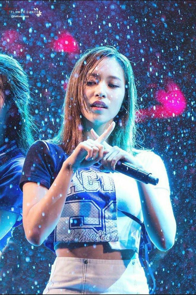 Những lần trời mưa vô tình tạo nên khoảnh khắc để đời của các idol Kpop - Ảnh 5.