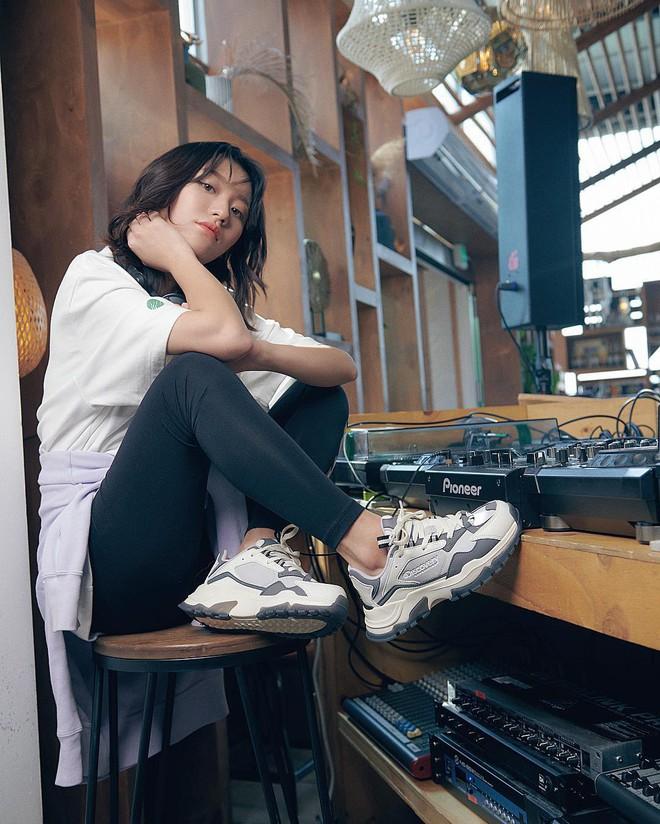 """4 đôi sneaker """"thô kệch"""" được giới trẻ Hàn sắm ầm ầm mà đảm bảo ai cũng thích mê - Ảnh 2."""