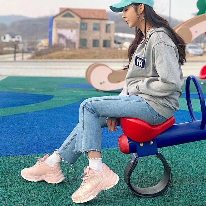 """4 đôi sneaker """"thô kệch"""" được giới trẻ Hàn sắm ầm ầm mà đảm bảo ai cũng thích mê - Ảnh 4."""