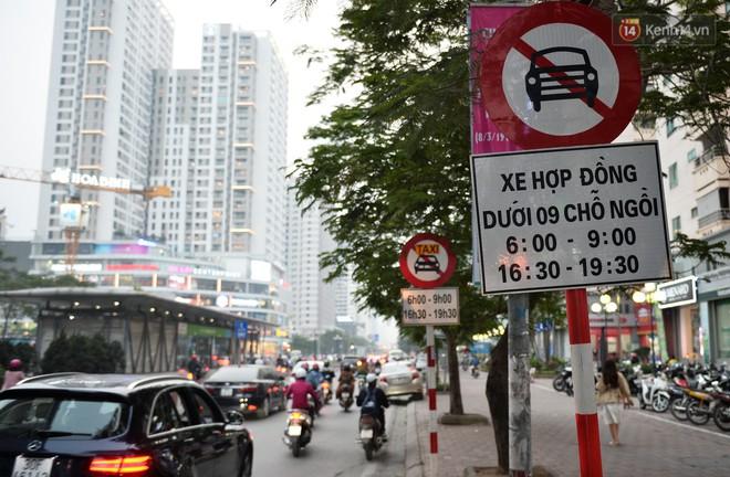 Chùm ảnh: Đây là cảnh tượng diễn ra mỗi ngày trên tuyến đường Hà Nội dự kiến cấm xe máy vào giờ cao điểm - Ảnh 2.