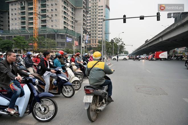 Chùm ảnh: Đây là cảnh tượng diễn ra mỗi ngày trên tuyến đường Hà Nội dự kiến cấm xe máy vào giờ cao điểm - Ảnh 6.