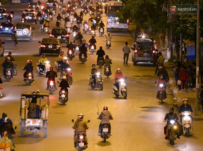 Chùm ảnh: Đây là cảnh tượng diễn ra mỗi ngày trên tuyến đường Hà Nội dự kiến cấm xe máy vào giờ cao điểm - Ảnh 15.
