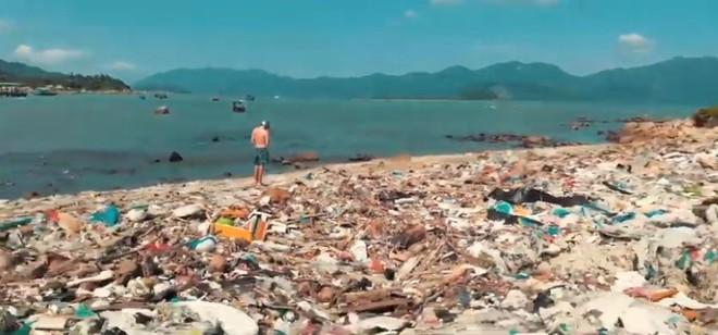 Clip về sự thay đổi của bãi biển Nha Trang nhờ nhóm bạn ngoại quốc khiến cộng đồng trầm trồ: Nơi ngập rác thành sân bóng cho trẻ em - Ảnh 4.