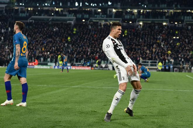 Ronaldo giễu cợt màn ăn mừng phản cảm của HLV đội bạn ở lượt đi - Ảnh 3.