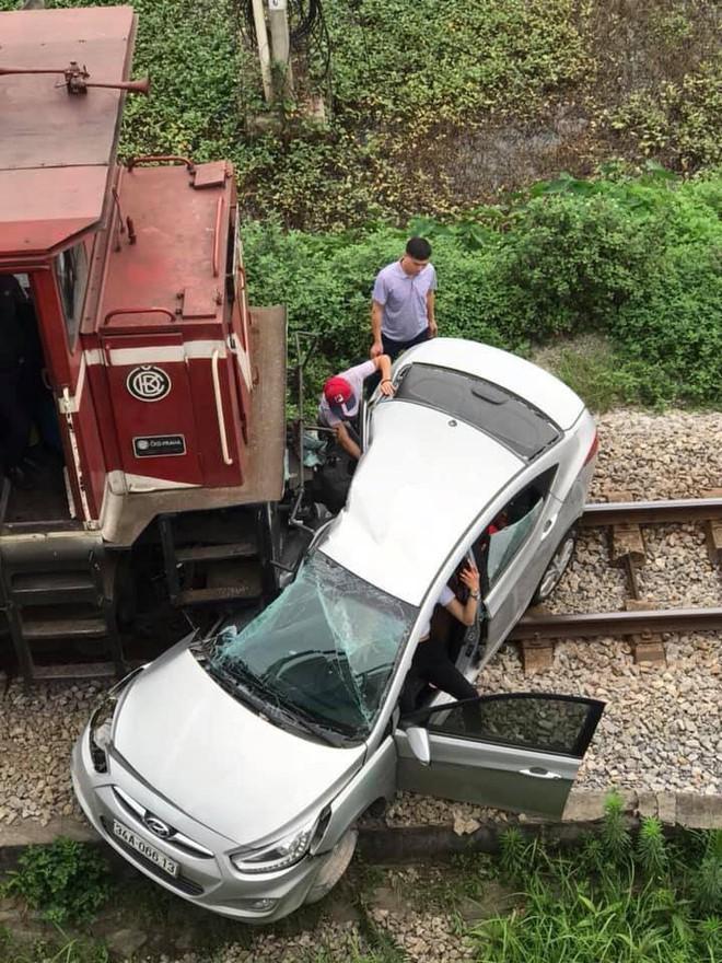 Qua đường không quan sát ô tô bị tàu hỏa đâm trúng, 2 người chết 3 người bị thương - Ảnh 2.