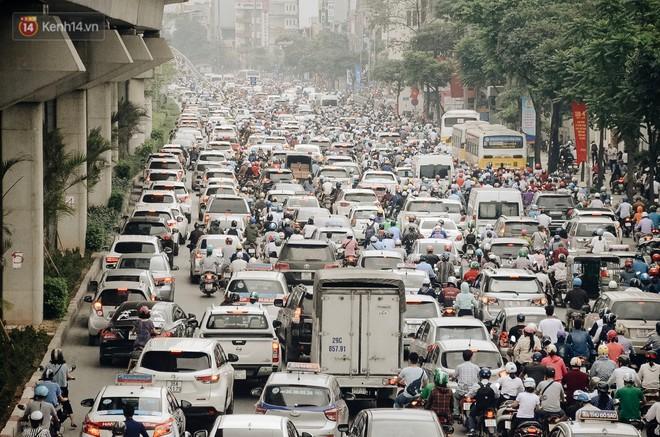 Chuyên gia và người dân nói về thí điểm cấm xe máy trên 2 tuyến đường ở Hà Nội: Ô tô mới là nguyên nhân chính gây tắc đường, ô nhiễm - Ảnh 2.