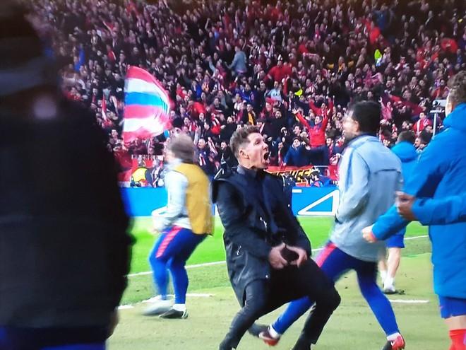 Ronaldo giễu cợt màn ăn mừng phản cảm của HLV đội bạn ở lượt đi - Ảnh 2.