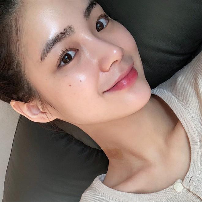 Cô nàng nổi như cồn trên Instagram với mặt mộc và cặp lông mày tự nhiên thách thức giới makeup là ai? - Ảnh 1.