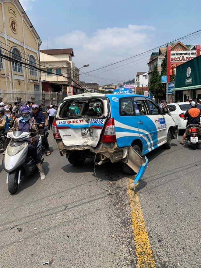 Thanh niên ôm vô lăng lắc lư, nhún nhảy say sưa sau khi tông trúng hàng loạt ô tô, xe máy ở Đà Lạt - Ảnh 2.