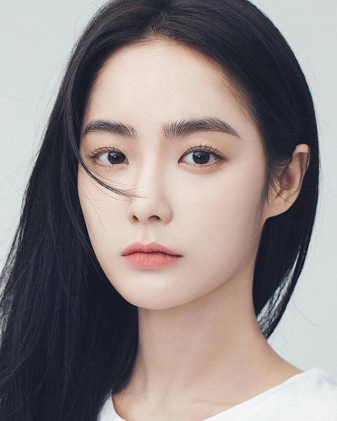 Cô nàng nổi như cồn trên Instagram với mặt mộc và cặp lông mày tự nhiên thách thức giới makeup là ai? - Ảnh 2.