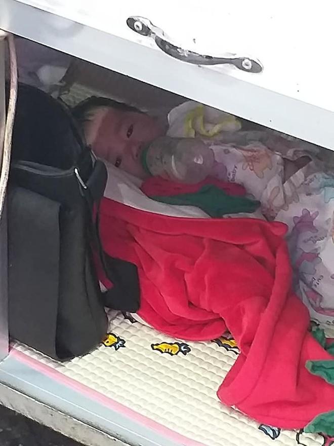 Trong hộc tủ bán bánh mì rong của mẹ là em bé nằm ngoan ti bình sữa, khoảnh khắc xúc động khiến nhiều người nghẹn ngào - Ảnh 1.