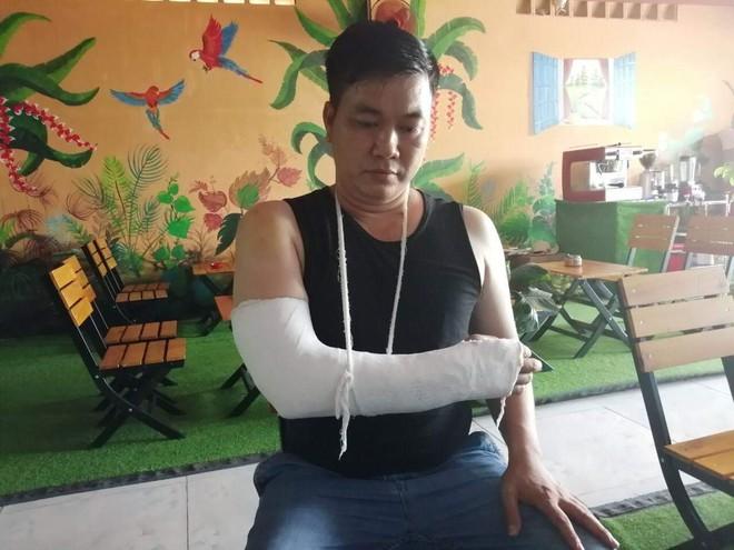 Nhóm thanh niên dùng hung khí truy sát người đàn ông giữa ban ngày ở Sài Gòn - Ảnh 1.