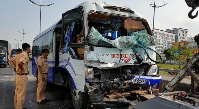 Xe khách tông đuôi xe container, tài xế cùng nhiều nhành khách nhập viện cấp cứu ở Sài Gòn  - Ảnh 1.