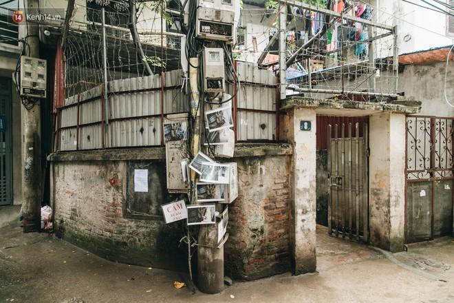 """Hình ảnh người xả rác bừa bãi bị dán chi chít trong khu phố ở Hà Nội: """"Cấm mãi không được chúng tôi mới làm như vậy"""" - Ảnh 2."""