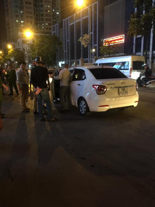 Hà Nội: Tài xế ô tô gây tai nạn còn dùng dao đâm nạn nhân bị thương, phải vào viện cấp cứu - Ảnh 3.