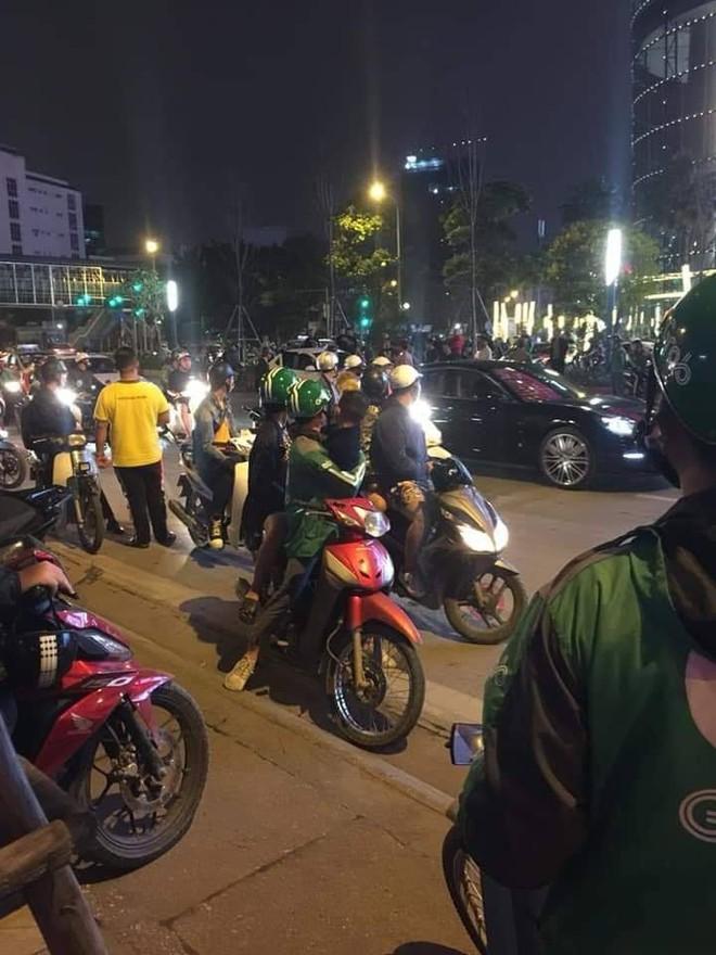 Hà Nội: Tài xế ô tô gây tai nạn còn dùng dao đâm nạn nhân bị thương, phải vào viện cấp cứu - Ảnh 1.