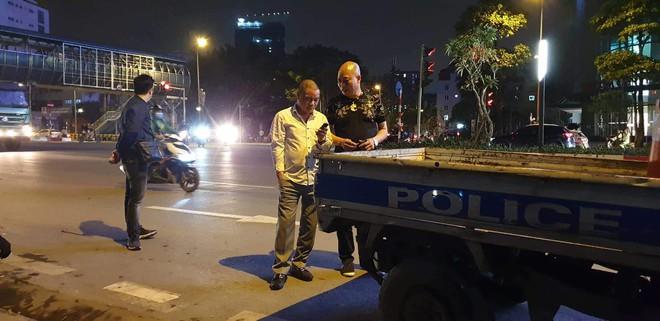 Hà Nội: Tài xế ô tô gây tai nạn còn dùng dao đâm nạn nhân bị thương, phải vào viện cấp cứu - Ảnh 2.