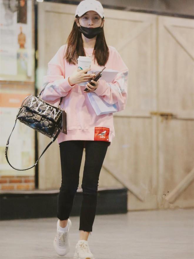 Lấn át cả Dương Mịch, Đường Yên, sao nữ kém tên tuổi này được netizen nhận xét là có body đẹp nhất khi diện áo nỉ oversize - Ảnh 8.