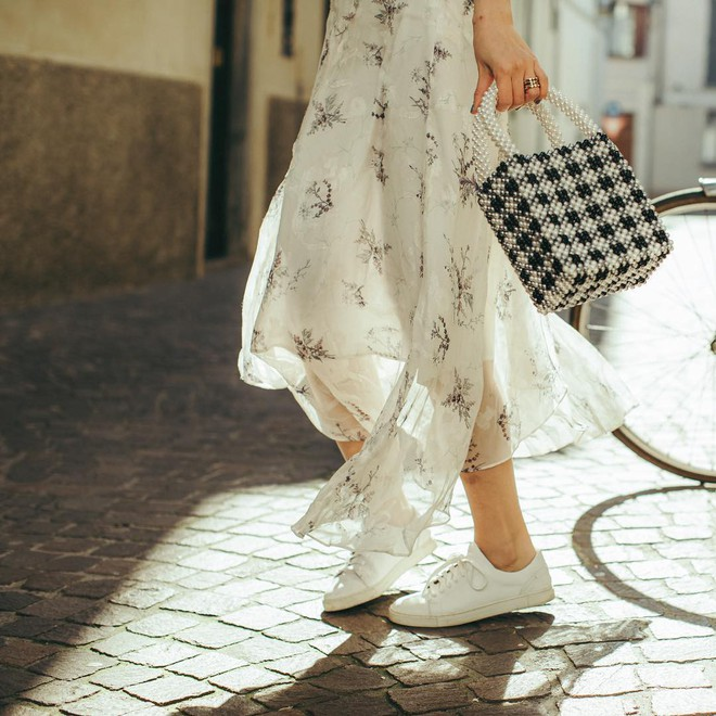 Diện váy vóc, bạn sẽ muốn mix ngay với 5 kiểu giày sau vì mặc lên quá xinh xắn và trendy - Ảnh 2.