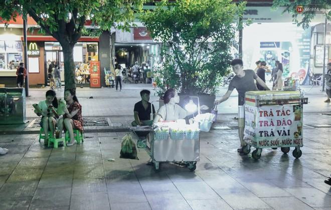 Còn đâu phố đi bộ Nguyễn Huệ: Hàng rong bủa vây, ghế nhựa tràn lan lối đi cho khách ngồi ăn uống - Ảnh 2.