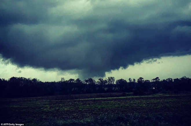 Cảnh tượng như ngày tận thế trong cơn lốc xoáy kinh hoàng ở Mỹ - Ảnh 1.