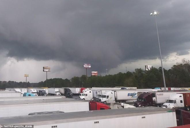 Cảnh tượng như ngày tận thế trong cơn lốc xoáy kinh hoàng ở Mỹ - Ảnh 14.
