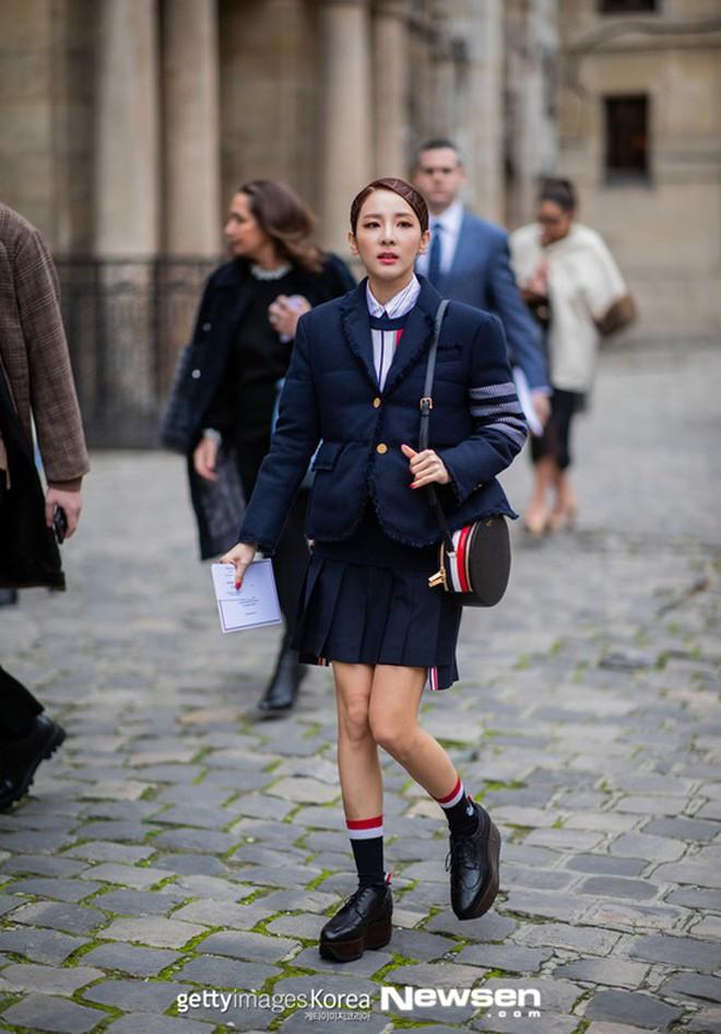 """Hà Hồ phô trương ngực trần, Quỳnh Anh Shyn phải mượn áo để """"chinh chiến"""" street style với dàn sao quốc tế tại Paris - Ảnh 4."""