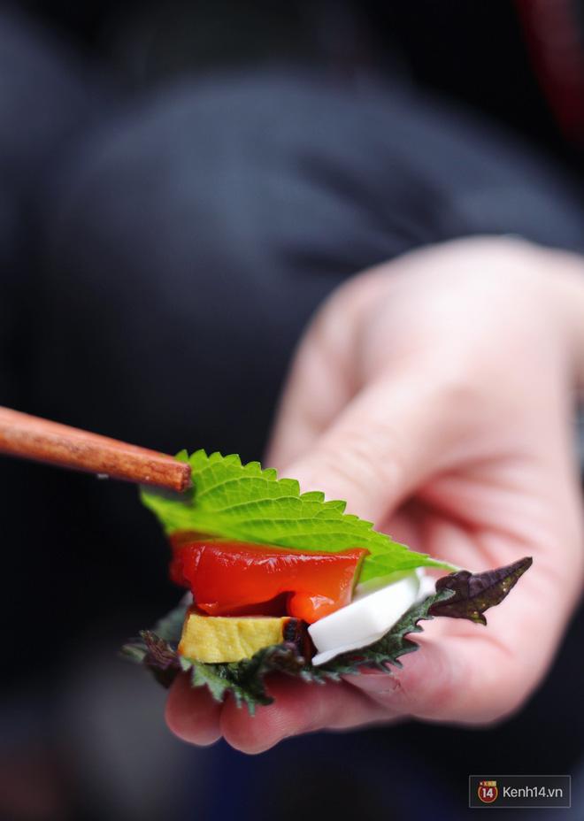 """Nhìn """"xịn"""" nhÆ° sushi nhÆ°ng chỉ 30k một suất đặc sản này ở Hà Nội, chÆ°a đến hè mà dân tình đã rục rịch tìm ăn - Ảnh 4."""